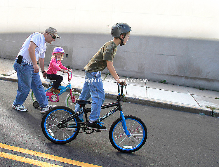 WATERBURY, CT- 09 September 2012 092312JW03 - John Gugliotti of Waterbury with Isabella Gugliotti age 5 and Samuel Gugliotti  age 8 make their way to the Green during the Waterbury on Wheels bike-a-thon on the Waterbury Green Saturday morning..Jonathan Wilcox Republican American..