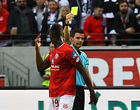 Schiedsrichter Harm Osmers zeigt Moussa Niakhate (1. FSV Mainz 05) Gelb - 12.05.2019: Eintracht Frankfurt vs. 1. FSV Mainz 05, 33. Spieltag Bundesliga, Commerzbank Arena, DISCLAIMER: DFL regulations prohibit any use of photographs as image sequences and/or quasi-video.