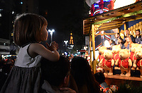 ATENCAO EDITOR: FOTO EMBARGADA PARA VEICULOS INTERNACIONAIS. SAO PAULO, SP, 05 DE DEZEMBRO DE 2012 - Coral se apresenta durante inauguracao da decoracao de natal do Itau Personnalite, na Avenida Paulista, na noite desta quarta feira, 05, regiao central da capital . FOTO: ALEXANDRE MOREIRA - BRAZIL PHOTO PRESS.
