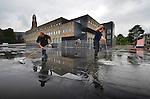 IJSSELSTEIN - In IJsselstein vegen medewerkers van ZDN Dakbedekking het vele regenwater van het dak van de door BAM Utiliteitsbouw gebouwde parkeergarage van verpleeghuis Isselwaerde. In opdracht van de gemeente IJsselstein en zorgaanbieder AxionContinu heeft BAM het bestaande verpleeghuis gerenoveerd en tevens nieuwe vleugels gebouwd. Op het dak van het 5.000 m2 grote parkeergarage wordt later een park aangelegd. COPYRIGHT TON BORSBOOM
