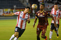 BARRANQUIILLA -COLOMBIA-12-10-2016. Roberto Ovelar (Izq) de Atlético Junior disputa el balón con Fainer Torijano (Der) de Deportes Tolima durante partido de vuelta por la semifinal de la Copa Águila 2016 jugado en el estadio Metropolitano Roberto Meléndez de la ciudad de Barranquilla./ Roberto Ovelar (L) player of Atletico Junior  fights for the ball with Fainer Torijano (R) player of Deportes Tolima during second leg match for the semifinals of the Aguila Cup 2016 played at Metropolitano Roberto Melendez stadium in Barranquilla city.  Photo: VizzorImage/Alfonso Cervantes/Cont