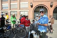 Harald Lehmann von der Regionalpark RheinMain Südwest GmbH führt die Leserradtour des Rüsselsheimer Echo an und gibt den Teilnehmern am Startpunk am alten Opelwerk Anweisungen und Hinweise
