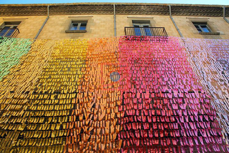 Girona Temps de Flors.<br /> 62a Exposicio de Flors, Monuments, Patis i Jardins.<br /> Palau de Caramany. Pluja de color.