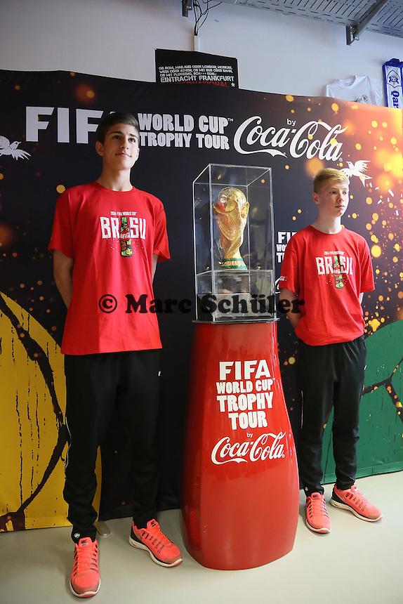 Coupe Jules Rimet auf dem Sockel mit Eintracht Nachwuchsspielern bei der Verabschiedung des WM-Pokals nach Brasilien- Eintracht Frankfurt verabschiedet den WM Pokal
