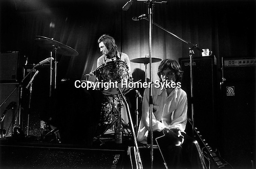ROLLING STONES 1971 REHEARSAL AT THE INSTITUTE OF CONTEMPORARY ART (ICA) LONDON. CHARLIE WATTS & MICK JAGGER, 1971