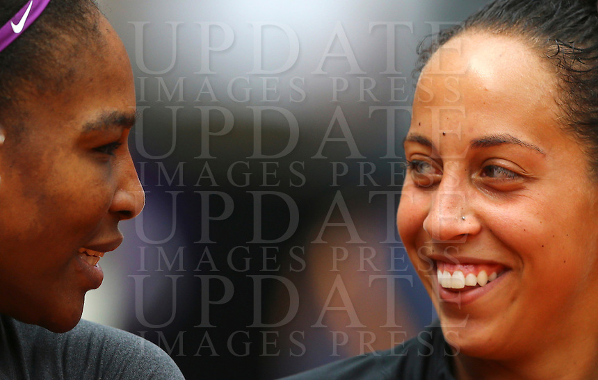 La statunitense Serena Williams, a destra, sorride alla sua connazionale Madison Keys dopo averla sconfitta nella finale femminile degli Internazionali d'Italia di tennis a Roma, 15 maggio 2016.<br /> United States' Serena Williams, right, smiles to her compatriot Madison Keys after defeating her in the women's final match of the Italian Open tennis in Rome, 15 May 2016.<br /> UPDATE IMAGES PRESS/Riccardo De Luca