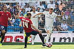 Toni Kroos of Real Madrid fights for the ball with Fausto Tienza Nunez of Osasuna during the La Liga match between Real Madrid and Osasuna at the Santiago Bernabeu Stadium on 10 September 2016 in Madrid, Spain. Photo by Diego Gonzalez Souto / Power Sport Images