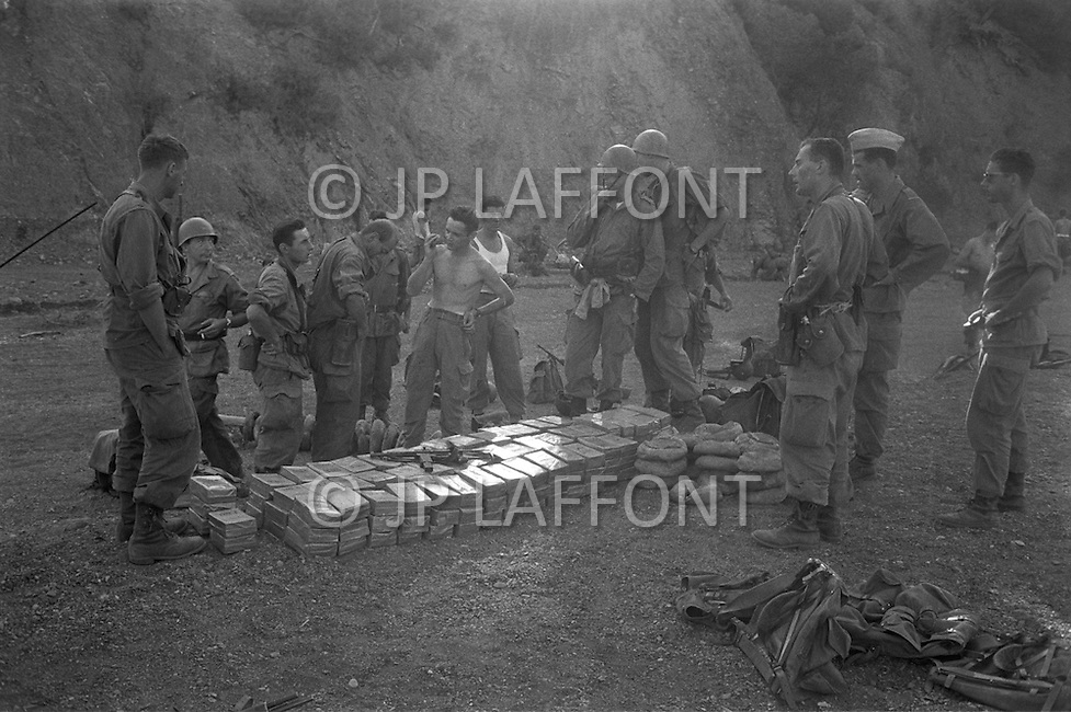Ecole Militaire d'Infanterie de Cherchell, Algérie, August 1960. EOR (Eleves Officiers de Reserves). At the end of an operation, food distribution.