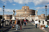 Roma: turisti davanti a Castel Sant'Angelo..Rome: tourists in front of Castel Sant'Angelo.