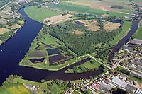 Die Reit: DEUTSCHLAND, HAMBURG 26.05.2017: Das Naturschutzgebiet Die Reit liegt in den Hamburger Stadtteilen Reitbrook und Allerm&ouml;he in den Marschlanden, zwischen dem Zusammenfluss der Dove Elbe und Gose Elbe.<br /> <br /> Das Naturschutzgebiet im S&uuml;dosten Hamburgs hat eine Gr&ouml;&szlig;e von 92 Hektar. Es umfasst das 1973 ausgewiesene Gebiet Die Reit und die 2011 erfolgte Erweiterung um die Fl&auml;chen Die Hohe, Kleiner Brook und ein rund 3,3 ha gro&szlig;es Gebiet im S&uuml;dosten. Die heutige Gel&auml;ndestruktur der Reit ist wesentlich auf den Betrieb einer Ziegelei zur&uuml;ckzuf&uuml;hren. Gepr&auml;gt wird das Gebiet von den ausgedehnten Schilfr&ouml;hrichten, artenreichen Weidengeb&uuml;schen und dem urw&uuml;chsigen Birkenbruchwald, zwei gr&ouml;&szlig;eren Teichen sowie vielen Kleingew&auml;ssern und Gr&auml;ben. Die Hohe ist ein vielf&auml;ltiges Teichgel&auml;nde auf einem ehemaligen Sp&uuml;lfeld. Der Kleine Brook wird gepr&auml;gt durch Gr&uuml;nland im Vorland der Dove Elbe.<br /> <br /> Den Schutzstatus erhielt Die Reit in erster Linie wegen ihrer Bedeutung als Brut- und Rastgebiet mitteleurop&auml;ischer Sing- und Zugv&ouml;gel, Die Hohe f&uuml;r das bedeutende Vorkommen des Kammmolchs und der Kleine Brook aufgrund seiner Bedeutung f&uuml;r Wiesenv&ouml;gel, insbesondere f&uuml;r die Uferschnepfe. Auch durch weitere Amphibienvorkommen, vielerlei Insekten und seine Flora zeichnet sich das Schutzgebiet aus.