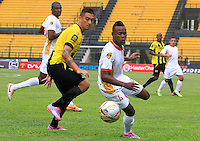 FLORIDABLANCA -COLOMBIA, 11-02-2015.  Luis Espinola (Izq) jugador de Alianza Petrolera disputa el balón con Carlos Arboleda (Der) de Aguilas Pereira durante encuentro  por la fecha 3 de la Liga Aguila I 2015 disputado en el estadio Alvaro Gómez Hurtado de la ciudad de Floridablanca./ Luis Espinola (L) player of Alianza Petrolera fights for the ball with Carlos Arboleda (R) player of Aguilas Pereira during match for the third date of the Aguila League I 2015 played at Alvaro Gomez Hurtado stadium in Floridablanca city Photo:VizzorImage / Duncan Bustamante / STR
