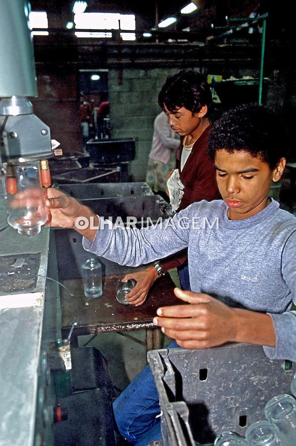 Adolescentes trabalhando em indústria de vidros. São Paulo. 1984. Foto de Juca Martins.