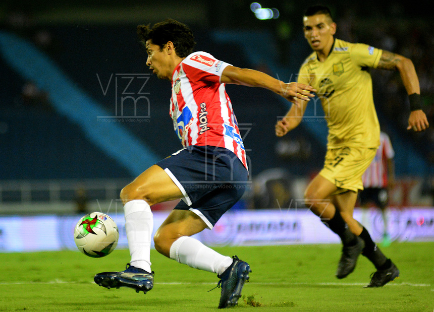 BARRANQUILLA - COLOMBIA, 16-02-2019: Matías Fernández de Atlético Junior disputa el balón con Daniel Muñoz de Rionegro Águilas Doradas, durante partido de la fecha 5 entre Atlético Junior y Rionegro Águilas Doradas, por la Liga Águila I-2019, jugado en el estadio Metropolitano Roberto Meléndez de la ciudad de Barranquilla. / Matias Fernandez of Atletico Junior vies for the ball with Daniel Muñoz of Rionegro Aguilas Doradas, during a match of the 5th date between Atletico Junior and Rionegro Aguilas Doradas, for the Aguila Leguaje I-2019 at the Metropolitano Roberto Melendez Stadium in Barranquilla city, Photo: VizzorImage  / Alfonso Cervantes / Cont.