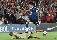 BOGOTÁ - COLOMBIA, 18-09-2018: Robinson Zapata, arquero de Santa Fe, disputa el balon con Oscar Barreto de Millonarios durante partido de ida entre Independiente Santa Fe y Millonarios por los octavos de final de la Copa CONMEBOL Sudamericana 2018 jugado en el estadio Nemesio Camacho El Campín de la ciudad de Bogotá. / Robinson Zapata, goalkeeper of Santa Fe, vies for the ball with Oscar Barreto of Millonarios during first leg match between Independiente Santa Fe and Millonarios for the eight finals of CONMEBOL Sudamericana 2018 cup played at Nemesio Camacho El Campin stadium in Bogotá city.  Photo: VizzorImage / Gabriel Aponte / Staff