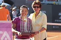 RIO DE JANEIRO, RJ, 23.02.2014 - A japonesa Kurumi Nara, vencedora do Rio Open 2014, com o troféu junto com Maria Esther Bueno, na quadra central do Jockey Club neste domingo. (Foto: Néstor J. Beremblum / Brazil Photo Press).