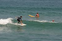 ATENÇÃO EDITOR: FOTO EMBARGADA PARA VEÍCULOS INTERNACIONAIS. SAO SEBASTIAO, SP,16 DE SETEMBRO DE 2012 - CLIMA TEMPO LITORAL NORTE SP - Banhistas aproveitam dia tempo quente e ensolaradao na praia de Maresias, litoral norte de Sao Paulo, na tarde deste domingo. FOTO: ALEXANDRE MOREIRA - BRAZIL PHOTO PRESS