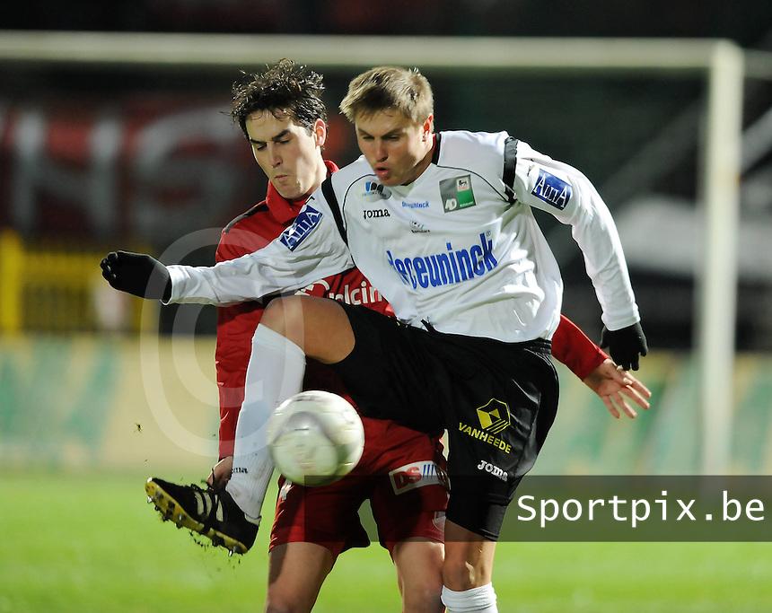 KSV Roeselare - RAEC Bergen Mons : Vadim Dotsenko aan de bal voor Brecht Verbrugghe.foto VDB / BART VANDENBROUCKE