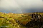 Arc en ciel sur les montagnes de l'île de Skye a l'automne. Ecosse...rainbow after a october rain on Skye island. Scotland.