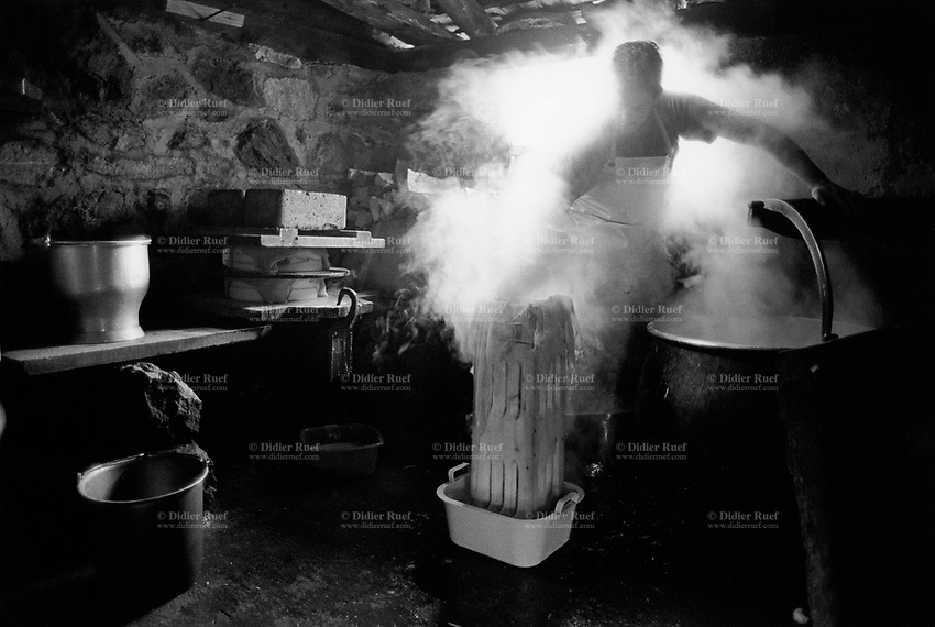 Switzerland. Canton Bern. Lauterbrunnen valley. Oberhorn alp (2200 meters high). Cheese making and production. Copper cauldron. Manual labor. Labour force.  Season spent by cows in mountains pastures. Swiss alpine farmers. Alps mountains peasants.  © 1997 Didier Ruef