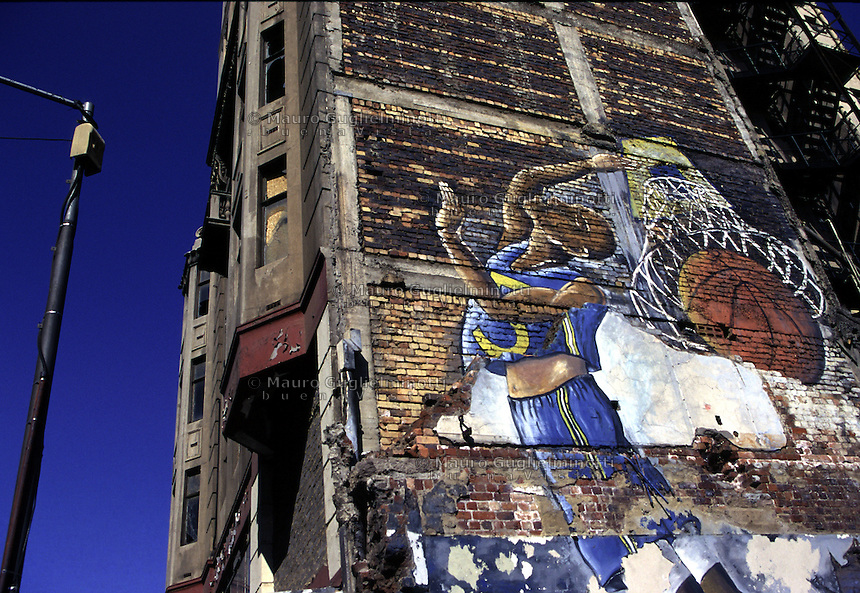 Sudafrica, Johannesburg: enorme murales di un giocatore di basket du un palazzo della città.