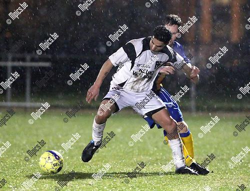 2010-01-23 / Voetbal / seizoen 2009-2010 / KFCO Wilrijk - Oosterzonen / Hassounfi (Oosterzonen) probeert zijn belager af te houden..Foto: mpics