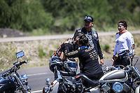 Luego de dos dias de festejo que duro una concentraci&oacute;n &ldquo;biker&rdquo;con cerca de 800 motociclistas  que viajaron a la ciudad de Nogsales, hoy por la tarde un de ellos fallecio al volcar a unos kilometros de esta ciudad fronteriza donde se llevo acabo el evento donde participaron  Motociclistas de Baja California, Sinaloa, Chihuahua, Arizona, Nevada, Texas, California y Sonora. Segun testigos exedia la velocidad y en estado de desvelo.<br /> Foto: LuisGutierrez /NortePhoto