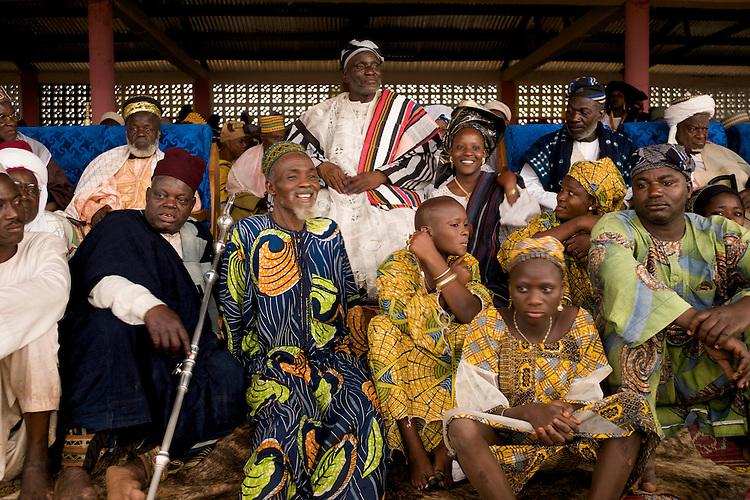 The Gaani square: the king of Djougou and his court are attending the festivities. The Gaani festival can begin.<br />  <br /> Place de la Gaani: le roi de Djougou et sa cour sont install&eacute;s dans les tribunes. La f&ecirc;te de la Gaani peut commencer.