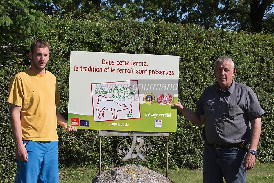 Europe/France/Midi-Pyrénées/12/Aveyron/Env de Rieupeyroux:  Ferme: La Maynobe de Pierre Bastide et son fils Romain. Elevage de  Veau d'Aveyron et du Ségala - Le Veau d'Aveyron et du Ségala est un veau fermier,  il est allaité par sa mère et reçoit en complément des céréales .<br /> Auto N°: A12-3006