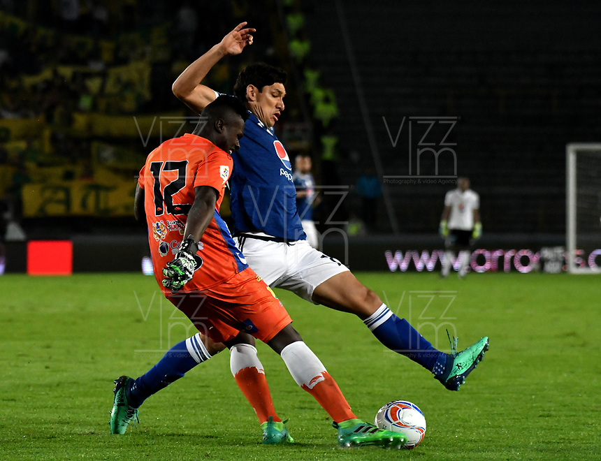BOGOTA - COLOMBIA, 28–04-2018: Roberto Ovelar (Der.) jugador de Millonarios disputa el balón con Geovanni Banguera (Izq.) guardameta de Atlético Huila, durante partido de la fecha 18 entre Millonarios y por la Liga Aguila I 2018, jugado en el estadio Nemesio Camacho El Campin de la ciudad de Bogota. / Roberto Ovelar (R) player of Millonarios vies for the ball with Geovanni Banguera (L) goalkeeper of Atlético Huila, during a match of the 18th date between Millonarios and Atlético Huila, for the Liga Aguila I 2018 played at the Nemesio Camacho El Campin Stadium in Bogota city, Photo: VizzorImage / Luis Ramírez / Staff.