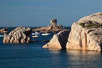 France, Brittany, Département Côtes-d'Armor, Tregastel-Plage: Odd shaped pink rocks and boats | Frankreich, Bretagne, Département Côtes-d'Armor, Tregastel Plage: Felsformation und Strand an der bretonischen Nordkueste, auch Cote de Granit Rose genannt