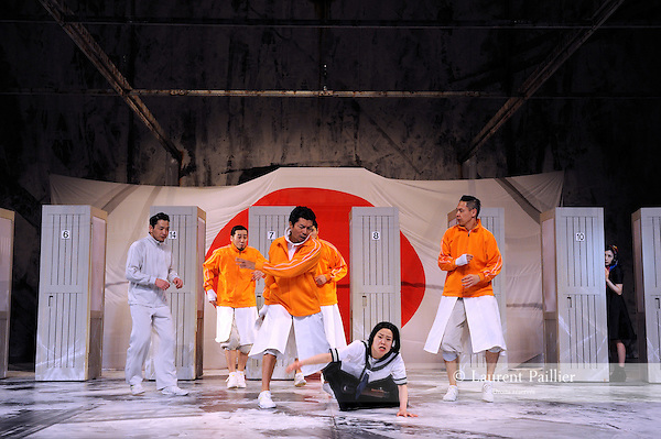 EGG<br /> <br /> Texte et mise en sc&egrave;ne : Hideki Noda<br /> Musique : Ringo Sheena<br /> Avec<br /> Satoshi Tsumabuki : Abe Hirafu<br /> Eri Fukatsu : Ichigo Ichie<br /> Toru Nakamura : Tsuburai Kokichi<br /> Natsuko Akiyama : The Owner<br /> Koji Ohkura : Hirakawa<br /> Takashi Fujii : Otokoyama<br /> Hideki Noda : L'ouvreuse<br /> Kindai K&ocirc;hei : Le directeur artistique<br /> Isao Hashizume : Kieta l'entra&icirc;neur<br /> Et la troupe Ruiko Akikusa, Shunya Itabashi, Chika Uchida, Takaya Oishi, Tomoko Onishi, Itsuki Kawaharada, Masanori Kikuzawa, Taketo Kubota, Ayaka Kondo, Babibube Sato, Yugen Sato, Naomi Shimotsukasa, Yuji Shirakura, Hiroki Takeuchi, Emmie Nagata, Kanako Nishida, Takuma Noguchi, Junko Fukai, Takashi Masuyama, Yuta Matoba<br /> D&eacute;cor : Yukio Horio<br /> Lumi&egrave;res : Ikuo Ogawa<br /> Costumes : Kodue Hibino<br /> Effets sonores : Yukio Takatsu<br /> Chor&eacute;graphie : Ikuyo Kuroda<br /> Effets visuels : Shutaro Oku<br /> Conception coiffure et maquillage : Isao Tsuge<br /> Lieu : Theatre National de Chaillot<br /> Ville : Paris<br /> Le 03/03/2015
