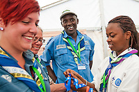 In the Amahoro Amani tent. Setting a messenger of peace band on peoples hand. Photo: Audun Ingebrigtsen / Scouterna