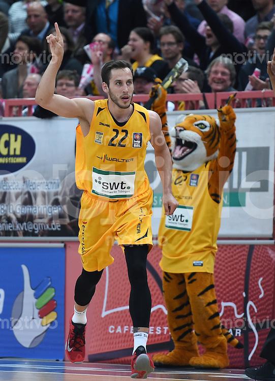 Basketball  1. Bundesliga  2015/2016   Hauptrunde 32. Spieltag  24.04.2016 Walter Tigers Tuebingen -  Basketball Loewen Braunschweig  JUBEL Tigers; Vladimir Mihailovic (vorn) und Maskottchen Walter (hinten)