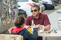 """Blindentrainer Juan Ruiz motiviert als Coach Kinder und Jugendliche mit Sehbehinderung und lehrt ihnen unter anderem mit einer einzigartigen Technik durch Klicklaute sich raeumlich zu orientieren. Der 38-Jaehrige gebuertige Mexikaner ist von Geburt an blind und hat den Grand Canyon durchwandert, Gebirge erklommen und haelt den Weltrekord im blinden Mountainbiken.<br /> Im Bild: Juan Ruiz in Berlin beim Choaching mit der 10-Jaehrigen Violet. Die Eltern des Maedchens haben den Verein """"Anderes Sehen e.V."""" gegruendet. Ziel des Vereins ist die Durchsetzung fortschrittlicherer Foerderung blinder Kinder und besserer Voraussetzungen eines selbstbestimmten Lebens blinder Menschen.<br /> 17.5.2019, Berlin<br /> Copyright: Christian-Ditsch.de<br /> [Inhaltsveraendernde Manipulation des Fotos nur nach ausdruecklicher Genehmigung des Fotografen. Vereinbarungen ueber Abtretung von Persoenlichkeitsrechten/Model Release der abgebildeten Person/Personen liegen nicht vor. NO MODEL RELEASE! Nur fuer Redaktionelle Zwecke. Don't publish without copyright Christian-Ditsch.de, Veroeffentlichung nur mit Fotografennennung, sowie gegen Honorar, MwSt. und Beleg. Konto: I N G - D i B a, IBAN DE58500105175400192269, BIC INGDDEFFXXX, Kontakt: post@christian-ditsch.de<br /> Bei der Bearbeitung der Dateiinformationen darf die Urheberkennzeichnung in den EXIF- und  IPTC-Daten nicht entfernt werden, diese sind in digitalen Medien nach §95c UrhG rechtlich geschuetzt. Der Urhebervermerk wird gemaess §13 UrhG verlangt.]"""