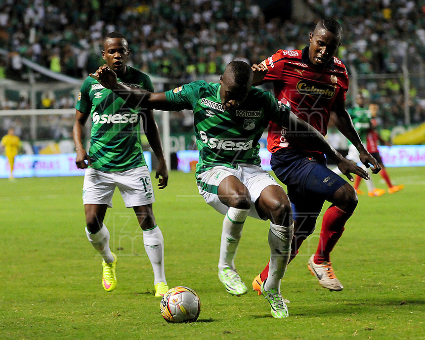 CALI -COLOMBIA-03-06-2015. Helibelton Palacios (Izq) jugador de Deportivo Cali disputa el balón con Didier Moreno (Der) jugador de Independiente Medellin durante partido de ida de la final entre Deportivo Cali y Indpendiente Medellin por la Liga Aguila I 2015 jugado en el estadio Deportivo Cali (Palmaseca) de la ciudad de Cali. / Helibelton Palacios (L) player of Deportivo Cali fights for the ball with Didier Moreno (R) player of Indpendiente Medellin during a first leg match of the final between Deportivo Cali and Indpendiente Medellin for the Liga Aguila I 2015 played at the Deportivo Cali (Palmaseca) stadium in Cali city.Photo: VizzorImage/ RN  / Cont