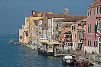 """L'arret du vaporetto """"Tri Archi"""" sur le Canal  Cannaregio.(Venise, Octobre 2006) ."""