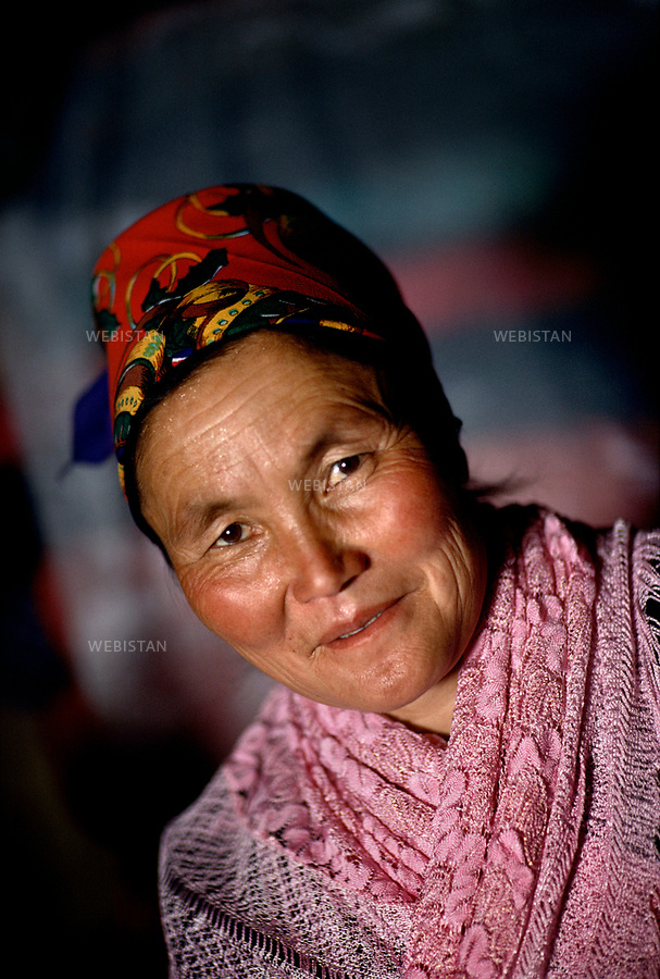 1995. Portrait of a Kazakh woman in Gulja. Portrait d'une femme kazakhe &agrave; Gulja.<br />