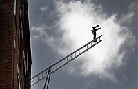 Nederland - Amsterdam - 2020.   How To Meet An Angel. Controversieel kunstwerk aan de gevel van de psychiatrische kliniek Mentrum in Amsterdam. Het beeld moet hoop uitbeelden, maar veel mensen zien een man die zelfmoord wil plegen.  Foto Berlinda van Dam / Hollandse Hoogte.