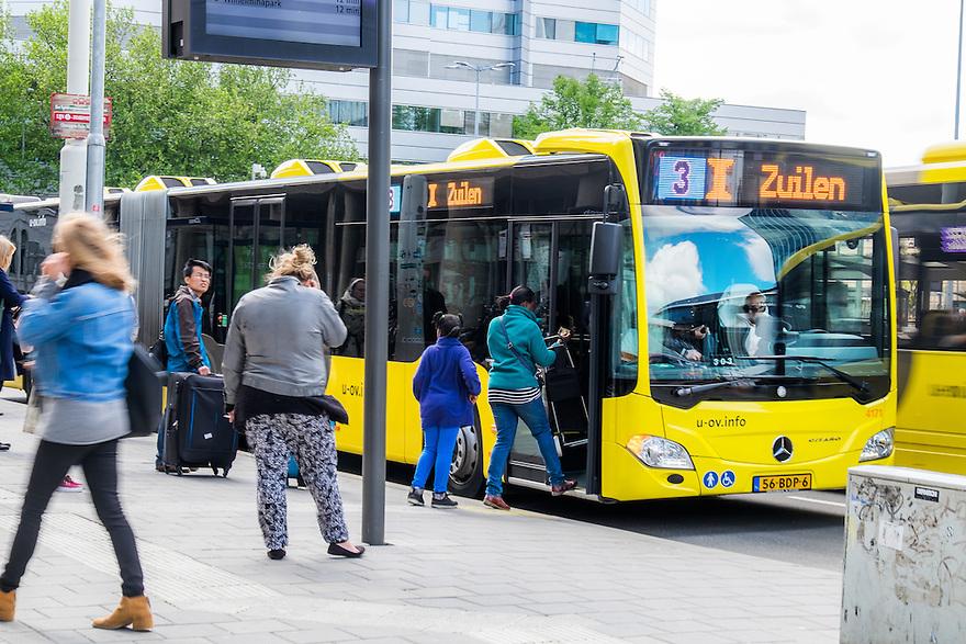 Nederland, Utrecht, 30 mei 2015<br /> Busstation voor stads- en streekvervoer bij ns-station Utrecht Centraal.  <br /> Foto: Michiel Wijnbergh