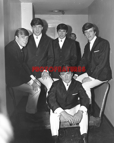 Dave Clark Five 1965 Lenny Davidson, Mike Smith, Denis Payton, Rick Huxley and Dave Clark (seated)