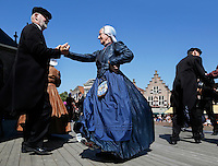 Schagen-   Tijdens de jaarlijkse  Westfriese Folkloredagen dragen veel inwoners klederdracht.  Mensen in klederdracht dansen bij de kerk op het Marktplein