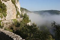 Europe/France/Midi-Pyrénées/46/Lot/Saint-Cirq-Lapopie: Falaises et Lever de brumes sur la Vallée du Lot vers Bouzies