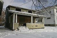 Flint, cittadina nei pressi di Detroit resa famosa dal film di Michael Moore sulla crisi della General Motors. Una vecchia casa abbandonata in mezzo alla neve.
