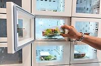 Nederland - Amsterdam -  September 2018.   Lunchroom The Health Food Wall in de Kinkerstraat. Het assortiment bestaat uit vegetarische en veganistische gerechten, zoveel mogelijk gemaakt met biologische producten. In de zaak staat ook een snackmuur met gezonde, gekoelde maaltijden.  Foto mag niet in negatieve context worden gepubliceerd.   Foto Berlinda van Dam / Hollandse Hoogte
