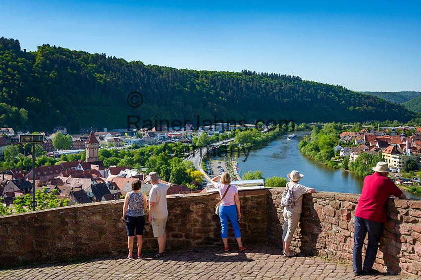 Deutschland, Baden-Wuerttemberg, Region Heilbronn-Franken, am Ende des Taubertals, Wertheim: hier muendet die Tauber in den Main, Blick von der Burg Wertheim, eine der aeltesten Burgruinen Baden-Wuerttembergs, ueber die Stadt Wertheim (Baden-Wuerttemberg), auf der anderen Seite des Mains liegt der Ort Kreuzwertheim (Bayern/Unterfranken)   Germany, Baden-Wuerttemberg, Tauber Valley, Wertheim: view from Castle Wertheim across (left) Wertheim (Baden-Wuerttemberg) and (right) Kreuzwertheim (Bavaria)