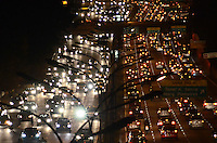 SAO PAULO, 20 DE AGOSTO DE 2012 - TRANSITO SP - Transito na Avenida 23 de Maio nos dois sentidos, altura do Paraiso, na noite desta segunda  feira, regiao central da capital. FOTO: ALEXANDRE MOREIRA - BRAZIL PHOTO PRESS