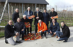 Foto: VidiPhoto<br /> <br /> DODEWAARD &ndash; Fruittelers moeten meer samenwerken met de Wageningen Universiteit (WUR) en hun PR beter aanpakken. Dat is de boodschap van de landelijke en provinciale SGP vrijdag tijdens het werkbezoek aan het fruitbedrijf VreeFruit in Dodewaard, op uitnodiging van de Nederlandse Fruittelers Organisatie (NFO). De Betuwse fruitteler is een van de eerste in zijn sector die volledig Plant Proof teelt en bovendien gecertificeerd is voor export aan diverse landen. De staatkundigen kregen op hun beurt te horen dat het droefenis troef is in de sector. De prijzen van peren en appels zijn nog nooit zo laag geweest, vooral door de boycot van Rusland. De verwachting is dat de Brexit daar nog een schepje bovenop doet. Het aantal schadeveroorzakende insecten neemt fors toe, omdat in Nederland geen bestrijdingsmiddelen ingezet mogen worden die elders in Europa wel worden gebruikt. Fruitschade door vogels is een steeds groter probleem en de rattenoverlast loopt enorm uit de hand. Dat laatste komt omdat agrari&euml;rs geen rattengif meer mogen gebruiken. Veel stalbranden worden veroorzaak doordat ratten kabels aanvreten en er vervolgens kortsluiting ontstaat. Boeren krijgen echter de schuld van milieupartijen.