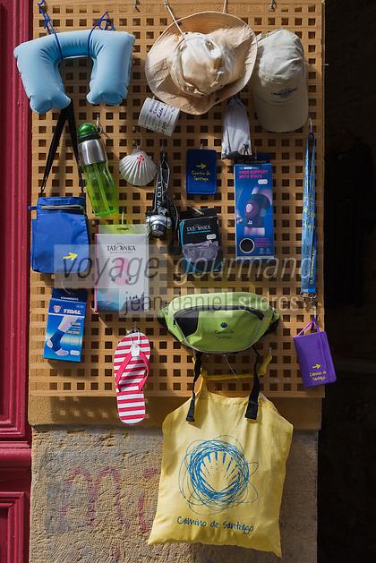 Espagne, Navarre, Pampelune,   Calle de la Curia,  étal d'articles pour pèlerins sur la route de  Saint-Jacques de Compostelle // Spain, Navarra, Pamplona,  Calle de la Curia , stall shop for pilgrims on the Camino de Santiago