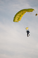 One of several parachuters comes from the sky at the cultural festival day ceremony. Photo: Audun Ingebrigtsen / Scouterna