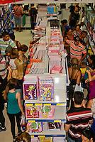SAO PAULO, SP, 09 DE JANEIRO 2012 – VOLTA AS AULAS - Procura por materias escolares comecam nas lojas da 25 de marco, nesta manha de segunda feira, zona central de Sao Paulo.FOTO: DEBBY OLIVEIRA - NEWS FREE